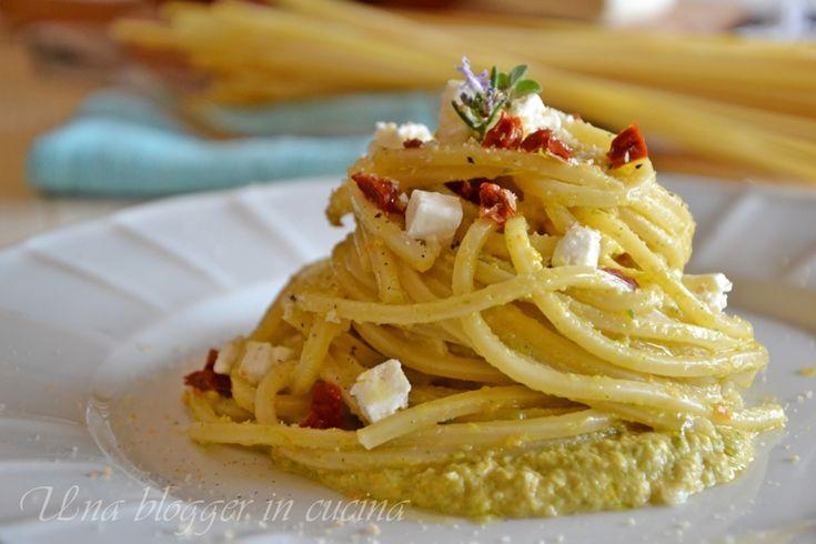 Spaghetto quadrato cremoso, con crema di zucchine, toma d'Alba e pomodoro secco, una cascata di polvere di crostino tostata e rosmarino, Primi piatti.