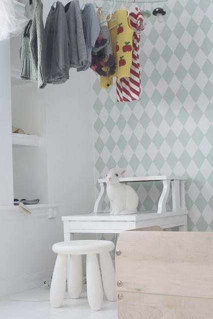 babykamer met ruitjes behang en figuurlamp konijn - babyboom with Windows, wallpaper and figurine lamp.