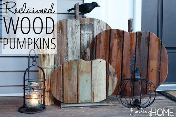Die Alternative zum echten Kürbis: ein toller selbstgemachter Kürbis  aus Holz dient hier als Halloween Deko vor der Haustür