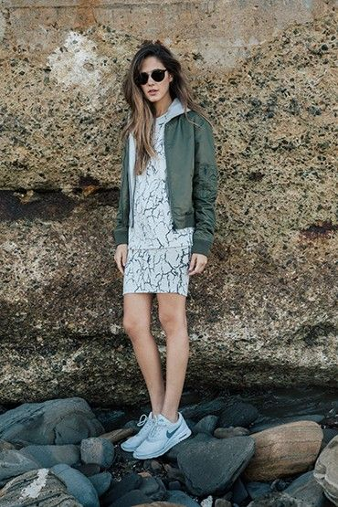 Obey – dámský bomber – zelený, krátká bunda do pasu, bílý top a sukně se vzorem | jarní oblečení – dámské