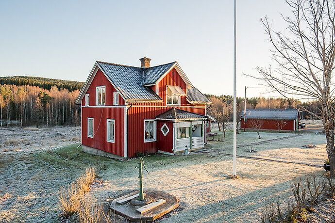 Välskött jord- och skogsfastighet om 6 hektar med jakträtt inom Hällsjöns VVO om 5554 hektar. Bostaden rymmer hall, stort kök med vedspis och spiskupa, kökskammare med kakelugn och vardagsrum. Övre...