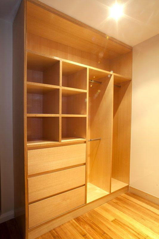 Lindo este armário para o closet. Compacto e com todos os espaços.