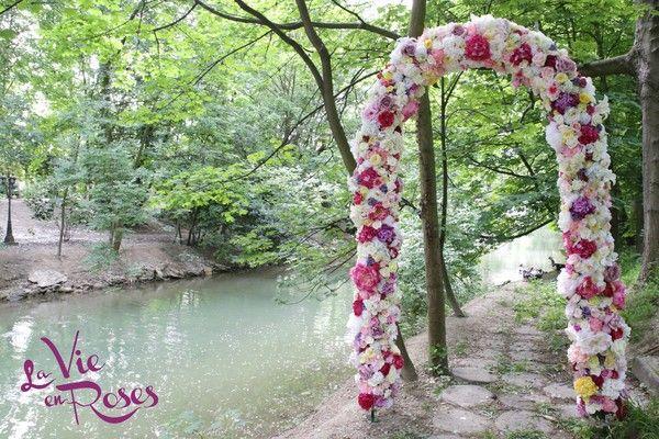 Notre arche, composée de fleurs dans des tons variés, mesure 2m60 x 1m40 x 60cm. Selon vos envies et le thème de vos événements, les couleurs et les fleurs peuvent être modifiées. Un point photo original, splendide et raffiné. Fabriquée à la main, idéale pour vos cérémonies laïques, elle est disponible à la location pour tous vos événements. mur de fleurs , wall of flowers , floral wall , floral backdrop , photobooth , photobooth backdrop , point photo , mariage , wedding ,arche,cérémonie…