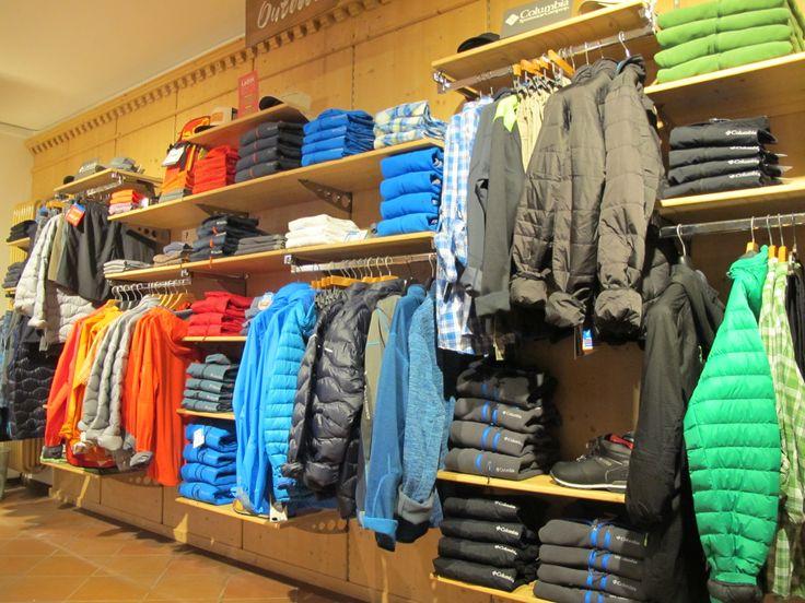 Splendide settimane a Moena, il sole e il cielo azzurro fanno da sfondo alle bellissime escursioni che gli ospiti della nostra valle stanno facendo in questi giorni....con molta invidia noi ce ne stiamo tristemente in negozio pronti però a consigliarvi l'abbigliamento giusto per affrontare i vostri itinerari. Le collezioni estive di Columbia Sportswear e di Peak Performance sono l'ideale per voi e per far si che siate attrezzati nella maniera più corretta. Giacche impermeabili/traspiranti…