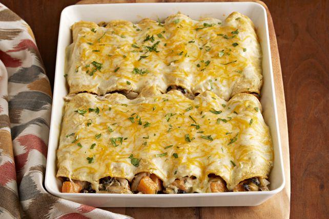Ces enchiladas au fromage sont délicieusement garnies de patate douce, de poulet et de haricots noirs. Et elles sont tout aussi savoureuses que faciles à préparer!