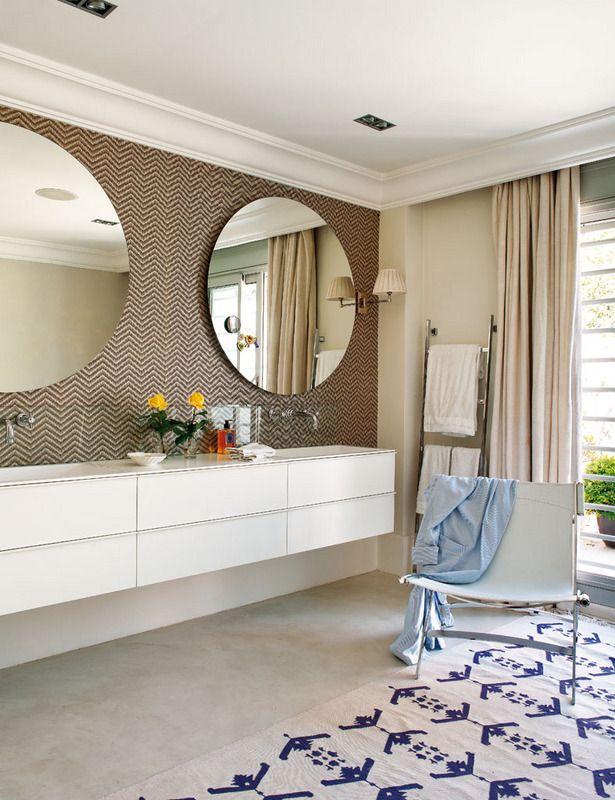 Baño de estilo con papel pintado de Neisha Crossland, de Oyster, espejos, de Gunni & Trentino, y alfombra india, de Batavia