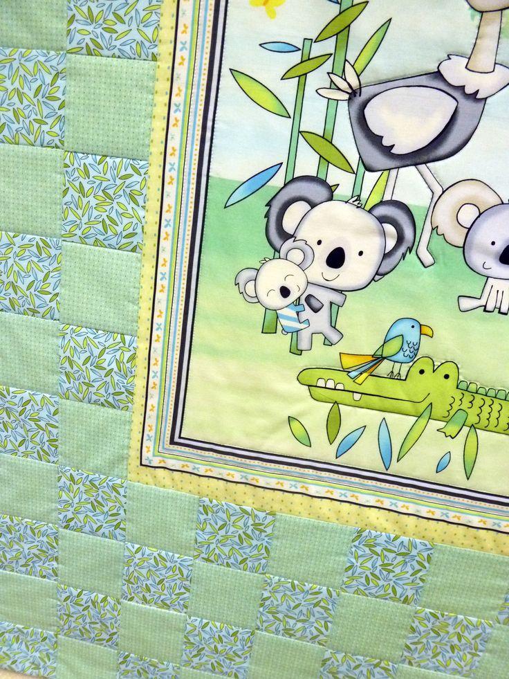 """Детское лоскутное одеяло мятного цвета с коалами и кунгуру. Покупка на сайте sewlegko.ru/... Ручная работа, выполненная в мастерской """"Шить легко"""" Ткань 100% хлопок ( США). Наполнитель 100% хлопок. Размер 126 х 98 см Одеяло тонкое, но тепленькое, т.к. внутри натуральный хлопок. Им можно укрываться во время сна или использовать как покрывало. В маленькой кроватке такое одеялко будет очень хорошо смотреться и приучит ребенка к порядку."""