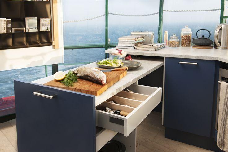 Kätevää Plussa-kaappia käytät työtasona tarvittaessa. Myös pienessä keittiössä kokkaaminen ja viihdyttäminen onnistuvat uusien innovaatioiden avulla. | Petra-keittiöt | #size0kitchen