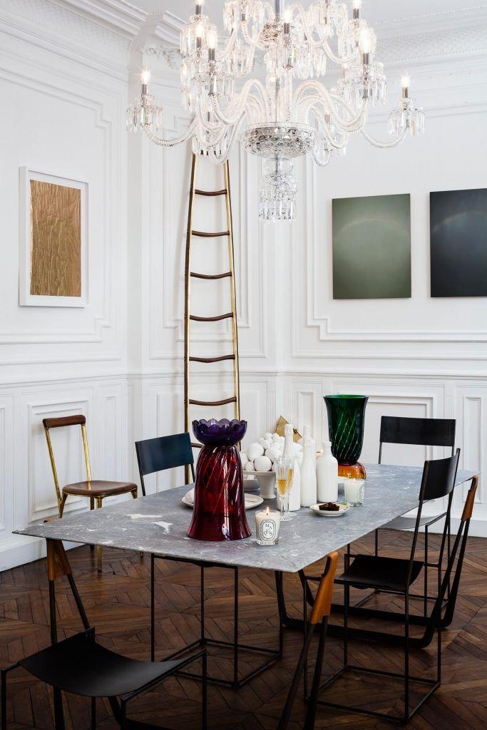 Een kijkje in een klassiek appartement in Parijs, gevuld met moderne kunst en design - Roomed