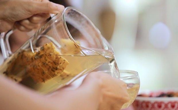 Chá de casca de abacaxi com cravo e canela  Ingredientes: Cascas de um abacaxi  5 cravos  1 pau de canela  10 folhas de hortelã  1,5 litro de água  Modo de preparo: Coloque todos os ingredientes numa panela com água e deixar ferver por 5 minutos. Pode ser servido quente ou gelado. O armazenamento em geladeira é de até 3 dias.