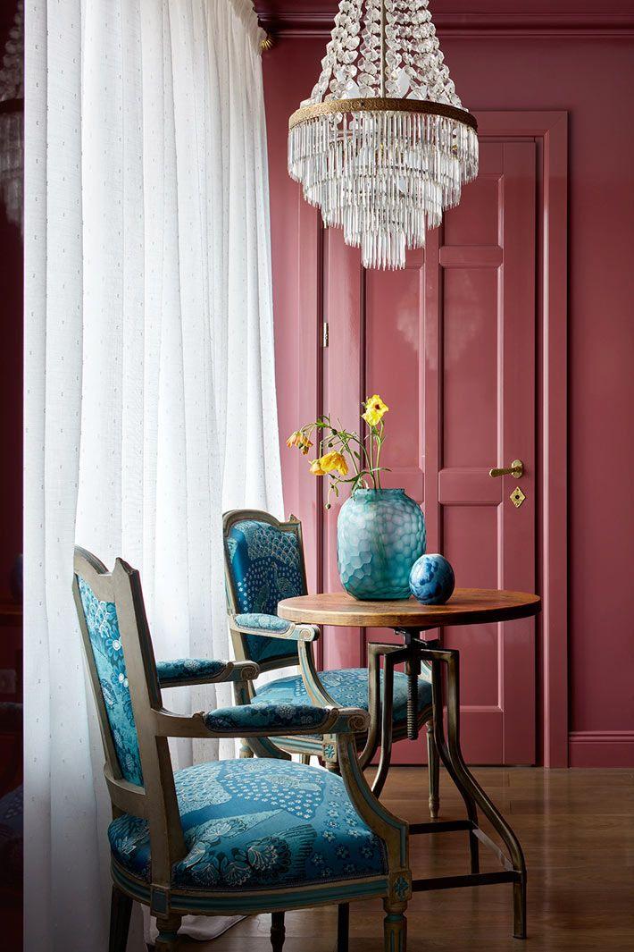 Красивые старинные синие стулья с павлинами стоят у окна