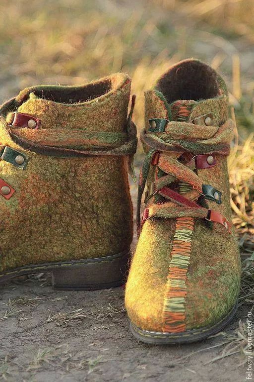 Felted Boots by Снежана Костина, Russia     https://www.livemaster.ru/item/7097247-obuv-ruchnoj-raboty-vojlochnye-botinki-nastroenie