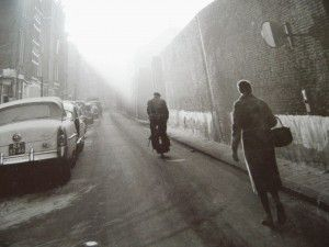 Frits Weeda (1937) fotografeerde in de periode 1958-1965 de stad waar hij woonde, Amsterdam, en het omringende landschap. Hij vestigde met zijn foto's de aandacht op de verkrotting van oude wijken, de vervuiling van de polders en het verval van het kleinbedrijf. Maar hij had ook oog voor kinderen en hun spel, de markttaferelen op het Waterlooplein en de schilderachtigheid van achtergelaten autowrakken langs de straat. Veel foto's verschenen als achtergrond bij het nieuws in verschillende…
