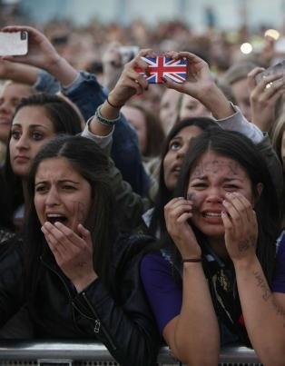 Jenter på Justin Bieber konsert tar bilde med mobilen -- det engelske flagget får du som deksel hos http://DesignSkins.no -- både som clip-on hard-case mobildeksel og som vinyl skin ( = så tynt at du også kan ha deksel over = dekorere forsiden av iPhone også; men finnes til ALLE mobiler).