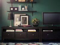 Mit weissen Möbel und TV an Wand montiert