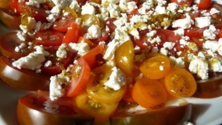 Macht süchtig: Tomatensalat mit Feta und Dressing aus Vanille und Zitrone. Aromaexplosion!