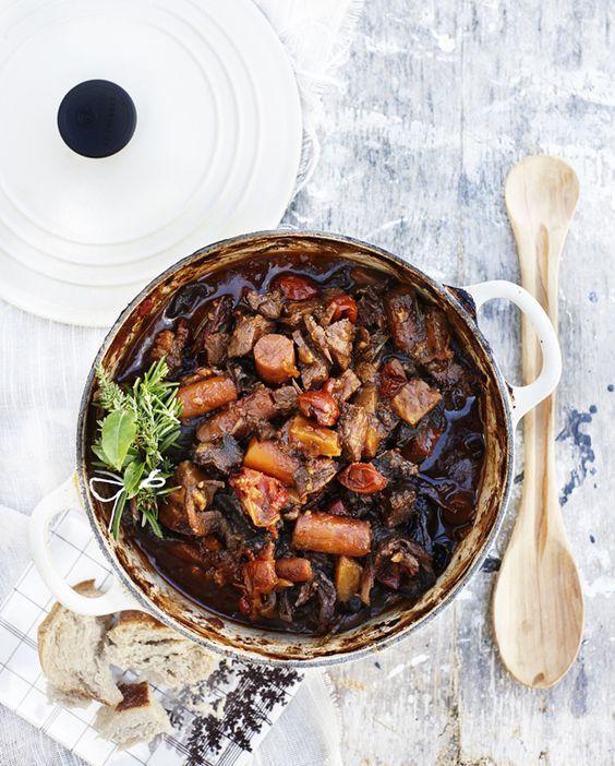 Sæt maden i ovnen om morgenen, og den er klar, når du kommer hjem og skal spise! Denne okse-gryderet kaldes også daube a la Provence. Daube er en klassisk gryderet fra Frankrig, som er perfekt til de kolde vintermåneder.