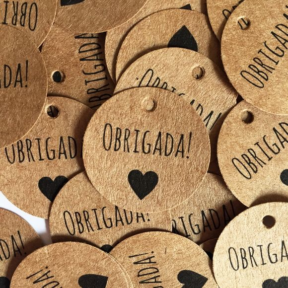 Tags são perfeitas para decorar cartões de agradecimento, envelopes, encomendas, lembrancinhas e muito mais.    Como recebo minha Tag Kraft Obrigada'?    As tags são cuidadosamente embaladas em pacotes.  Cada Tag tem aproximadamente 2,54 cm de diâmetro e possui pequenos furos na parte superior pa...
