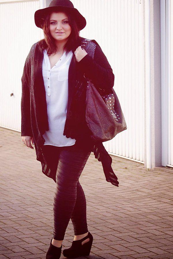 Schöner Look: Die deutsche Bloggerin Ela von Conquore kombiniert zu ihrer Leggings mit Struktur (von Asos Curve) eine weiße Bluse, einen schwarzen Häkelcardigan, Keilbooties mit Cut-Out und einen schwarzen Schlapphut.