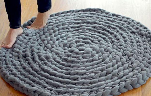 Grove patronen zijn helemaal hot and happening deze winter. Vooral in huis. Met deze simpele DIY kun jij dit leuke vloerkleed maken.