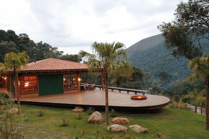 construire une terrasse, feu d'extérieur, salon de jardin en bois, éclairage extérieur, montagnes, arbres