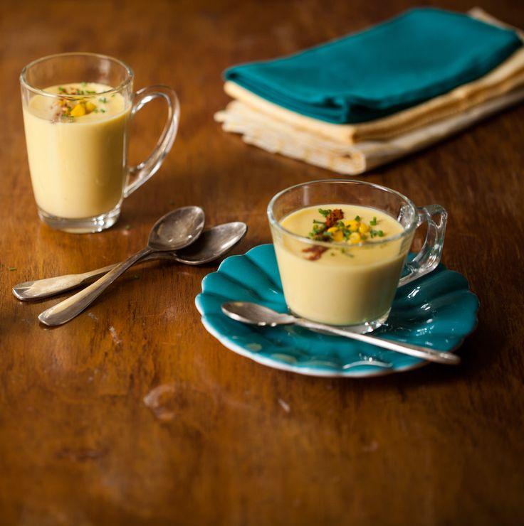 Sopa de milho com páprica e cebolinha   #ReceitaPanelinha: Páprica e milho: que combinação boa! O milho tem amido, que funciona como espessante - dispense, portanto, trigo e maisena. Fica espessa no ponto certo, mas leve na hora de tomar.