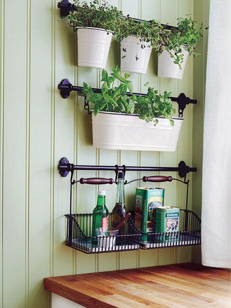Wohnküche in 3 Stilen: Country Stil, Wandaufhängung mit Kräutern und Gewürzen