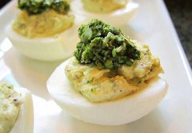 Pesto Soslu Yumurta Dolması, lezzetli ve pratik bir başlangıç tarifi. Yumurtayı sadece kokusundan dolayı sevmeyenlere bile parmaklarını yedirecek tarif;