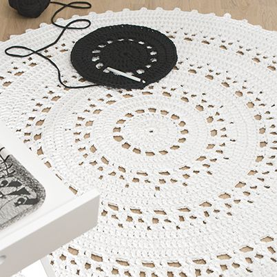 Aura-matto on helppo ja kaunis malli, yksi suosikeistamme. Itse virkattu matto tuo sisustukseen persoonallisen lisän.