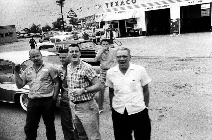Группа враждебно настроенных расистов выкрикивает оскорбления в адрес пассажиров автобуса, в числе которых находятся участников общественного движения всадников свободы в Монтгомери, штат Алабама (1961 год)