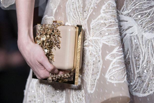 Pasarela parisina: las nuevas tendencias de los diseñadores internacionales  Trajes joya ,pantalones palazzo, vestidos largos, cortos y asimétricos, adornados con su clásico cinturón que marcaba las cinturas.  /EFE