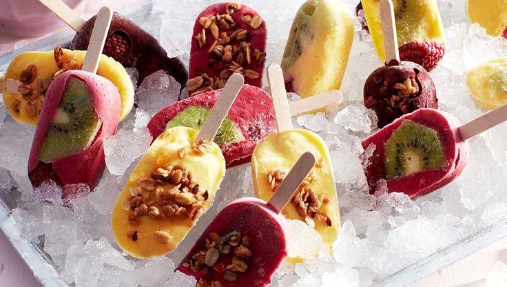 Här bjuder vi på glassrecept med yoghurt som passar utmärkt för härliga sommardagar. Kom ihåg att frysta hallon bör kokas en minut innan de äts.