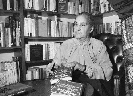"""Jeanne Hersch (Ginebra 1902-2000) fue una filósofa suiza de origen polaco que reflexionó en sus obras sobre el concepto de libertad. Fue una de las primeras mujeres en obtener un puesto de catedrática en la Universidad de Ginebra. Dirigió la división de filosofía de la UNESCO durante dos años y fue miembro de su Comisión Ejecutiva entre 1970 y 1972. En 1969 publicó su obra titulada """"El derecho de ser hombre"""", una selección de textos sobre Derechos Humanos. En 1987, recibió la medalla…"""