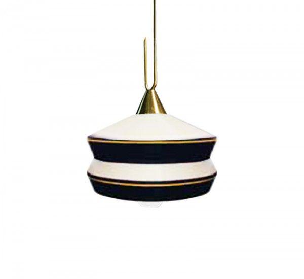Calypso è una collezione di lampade a sospensione ideate da Servomuto per Contardi, con diffusore in vetro trasparente e paralume in tessuto. Calypso è una collezione di piccole lampade ispirate agli anni Quaranta e al modo in cui il mondo tropicale del Sud America ha revisionato e vivacizzato lo stile Deco europeo. Il diffusore in vetro satinato, utilizzato nelle prime luci industriali, con un anello di ottone, richiama lo stile Art Deco.Sorgente Luminosa:1 x MAX 23W E27 fluorescenti…