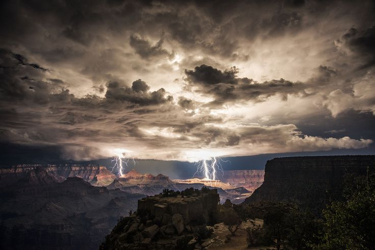 Photographer captures electrifying images from rim of the Grand Canyon (Photo: Rolf Maeder / Rex Features via AP)