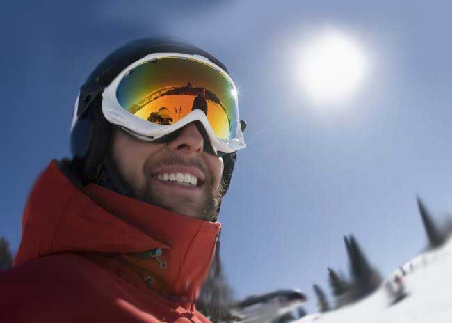 Do you hesitate as to which snowboarding goggles to buy? Here you'll learn from an experienced skier how to pick the right goggles, what their price depends on and a comparative review of the 10 best ski and snowboard goggles.