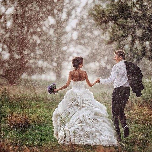 И даже дождливый день может превратиться в самую романтичную свадьбу, если он согрет вашими поцелуями, объятиями, улыбками и, конечно, зонтами и резиновыми сапогами! Счастливой пятницы! #wedding #whitedress #weddingdress #style #fashion #like #look #love #tgif #trend #bride #groom #couple #happy #стиль #свадьба #саадебныйбутик #свадебныйсалон #красота #наташабовыкина #мода #свадебноеплатье #невеста #жених #пара #дождь #счастье #любовь
