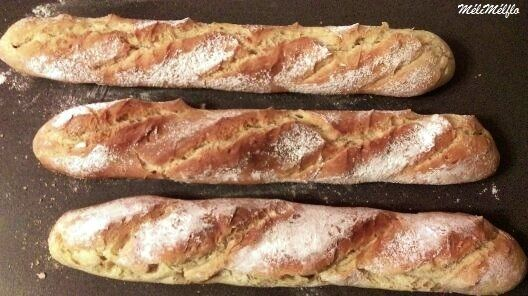 Baguettes  faciles et pas trop longues à faire et surtout très bonnes 300 ml d'eau 1 sachet de levure de boulanger déshydratée (8 g) 500 g de farine de gruau à defaut de la T65 10 g de sel Verser l'eau froide, la levure et la farine Mélanger avec le crochet...
