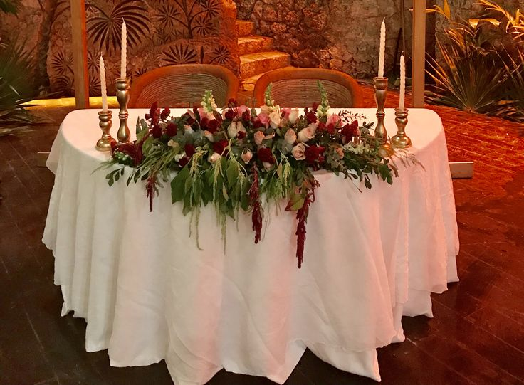 CBC391Xcaret wedding Riviera Maya sweetheart table with centerpieces with Marsala white and light pink flowers/ centro de mesa con flores rojas vino y Ross palo