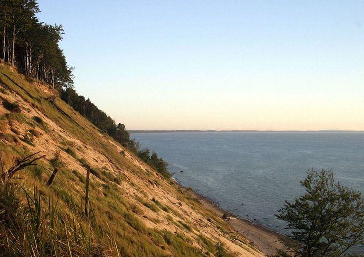 Klify na wyspie Wolin. Na wyspie Wolin znajduje się najwyższe w kraju wybrzeże klifowe. Klify ciągną się tu na przestrzeni 15 km. Najwyższy klif - Gosań opada na wąską, kamienistą plażę 93-metrową, prawie pionową ścianą. Można się na niego wspiąć i zobaczyć niemal całą Zatok&#...