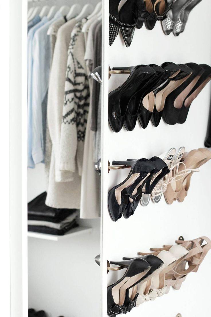 FOR SKO: Nina har festet flere håndklestenger fra Ikea på veggen, som kan ta hånd om høyhælte sko. Hun har brukt spraylakk i gull på dem, for å få en glamorøs effekt.