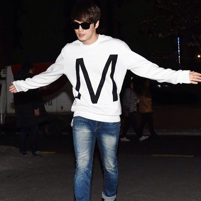 "JJ wore @moldirkorea's ""M Velvet Sweatshirt"" in white during the wrap-up party of his drama SPY (03/06/15). Price: ₩145,000. Credit: News O and #Moldir. #KimJaejoong #김재중 #Jaejoong #Korean #celebrity #actor #singer #mensfashion #sweatshirt"
