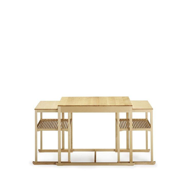 Släden satsbord, tillverkat i massiv naturlackad björk. Under år 1947 samarbetade Carl Malmsten med landets skickligaste slöjdare innan Släden slutligen tog gestalt. I detta satsbord är varje del ett gesällprov. Tillsammans representerade de tre delarna höjden av svensk möbelkonst.