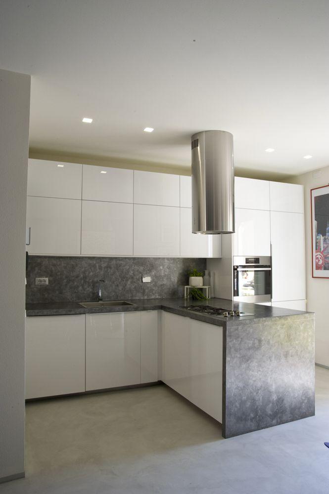 Cucina ikea total white con bancone e parete in resina for Pavimenti per cucina e soggiorno
