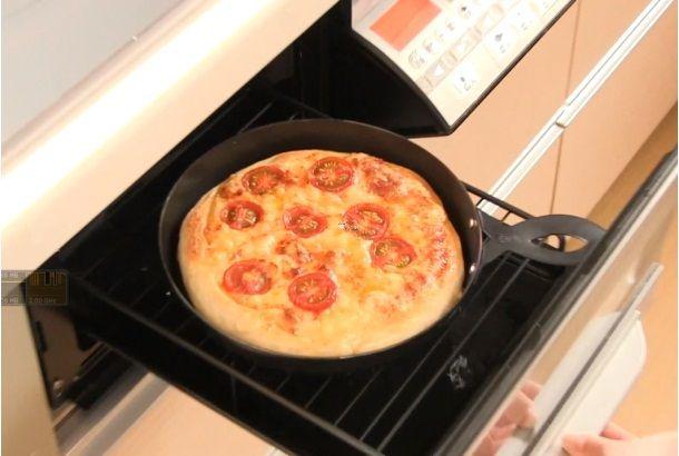 プロが本格ピザを石釜で焼くときの温度は300~400度なのだそうです。一方、自宅のオーブンの場合、最高でも250度が一般的。「高...