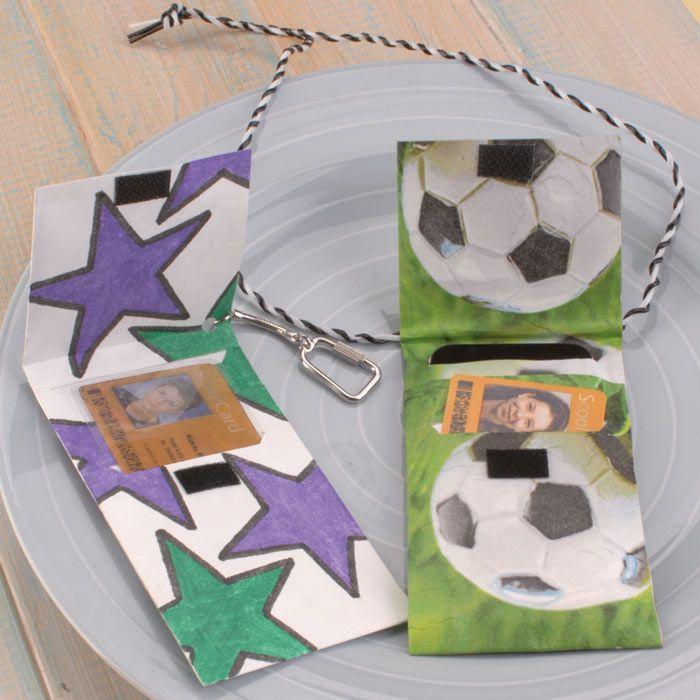 """Fußball-Tasche aus Tyvek (Idee mit Anleitung – Klick auf """"Besuchen""""!) - Für die Monatskarte für den Schulbus kann kann man diese coole Tasche aus Tyvek basteln. Jungen werden vom Fußball-Motiv begeistert sein!"""