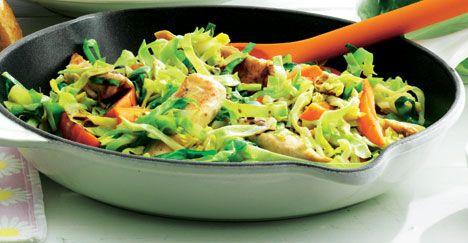 Opskrift på Lynstegt spidskål med kylling, gulerødder og soja fra - Hjemmet