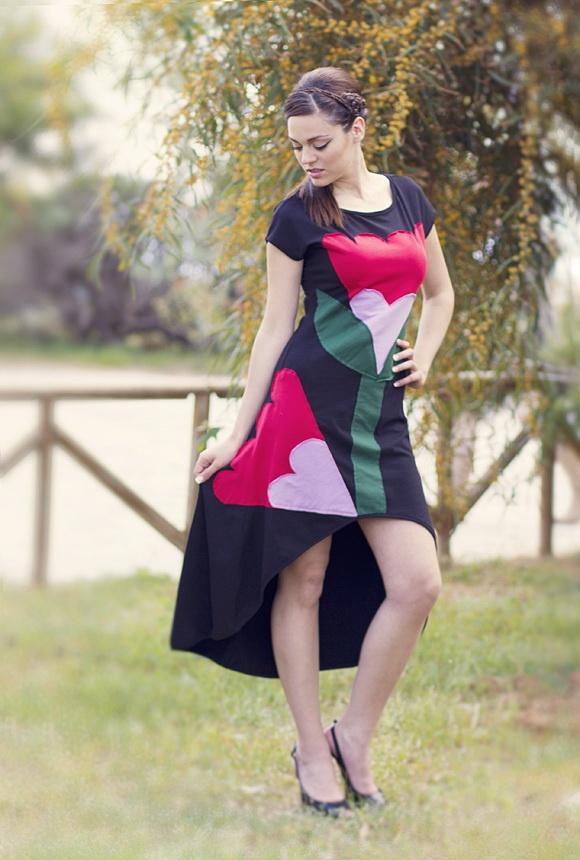 """Φόρεμα ασύμμετρο με κοντό μανίκι και χειροποίητο απλικέ σχέδιο """"Two Buds"""" στο μπροστινό μέρος."""