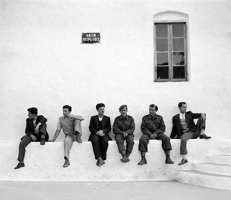 Σιφνος , εξω απο την εκκλησια του Αγ. Γεωργιου./ Δημ.Χαρισιαδης ,1956
