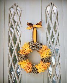Coronas  con dulces para decorar las puertas en halloween